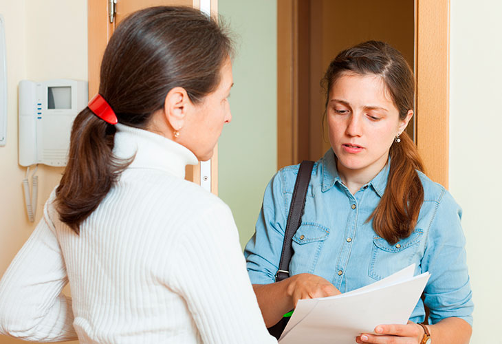 Kvinnelig innkrever presenterer krav til annen kvinne.
